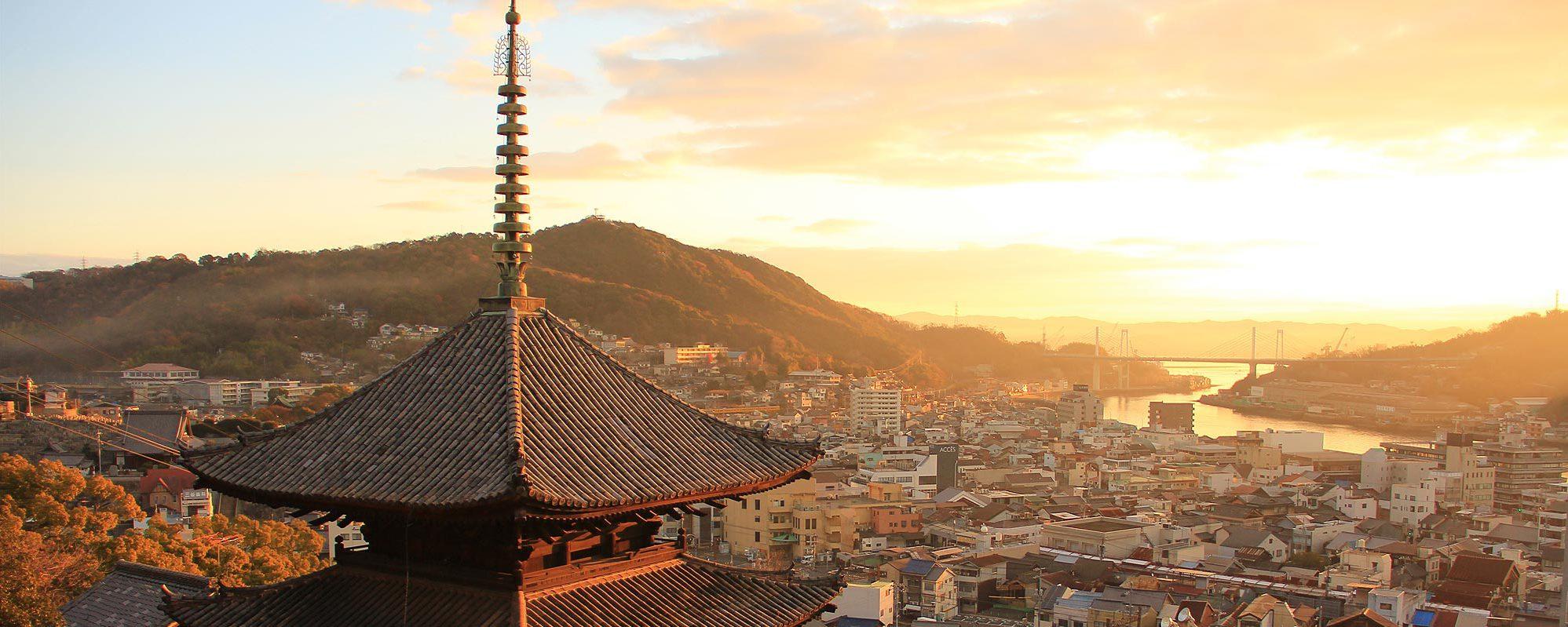 朝日の中の天寧寺と尾道水道