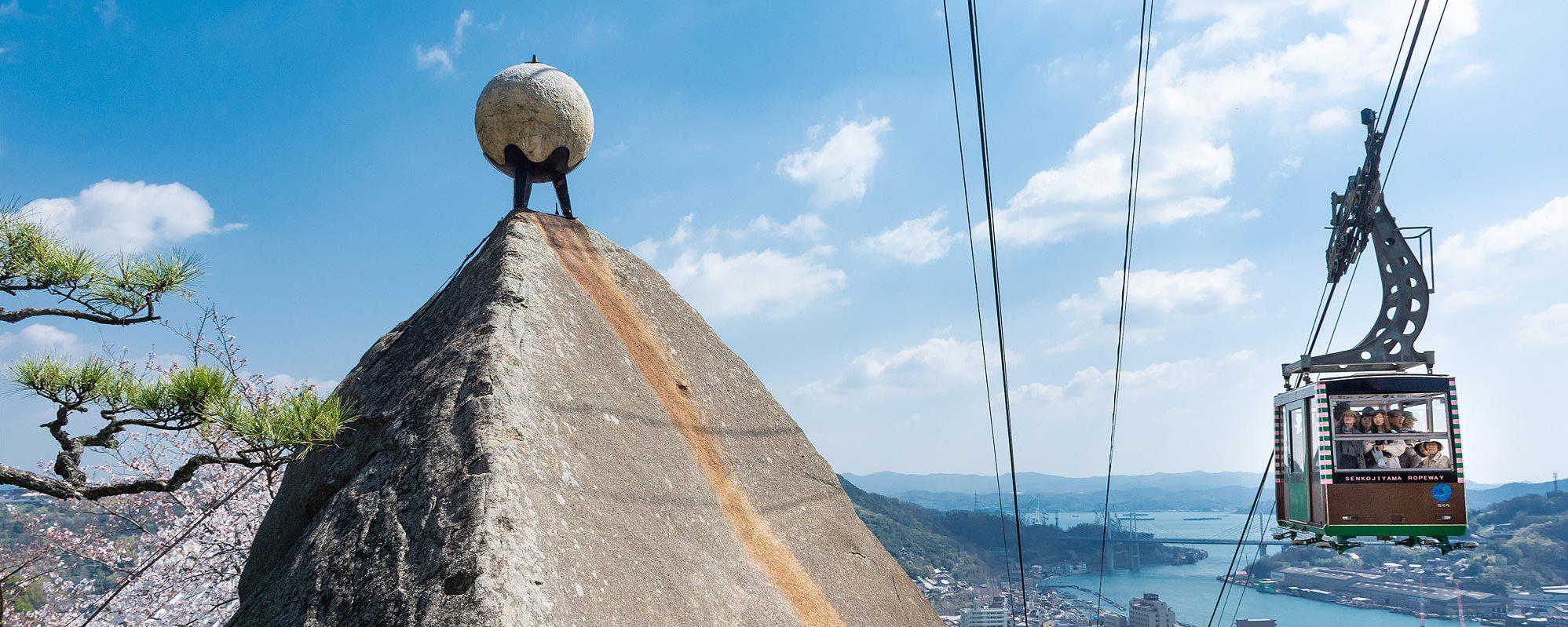 千光寺の玉の岩越しに見る尾道